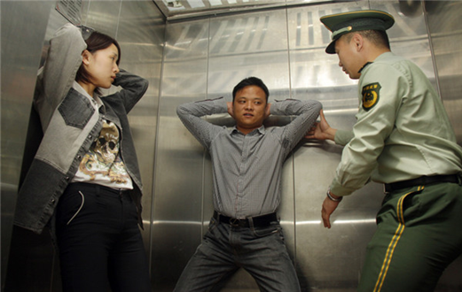老師與學生在電梯里_【電梯安全指南】速速改掉壞習慣 緊急情況不慌張