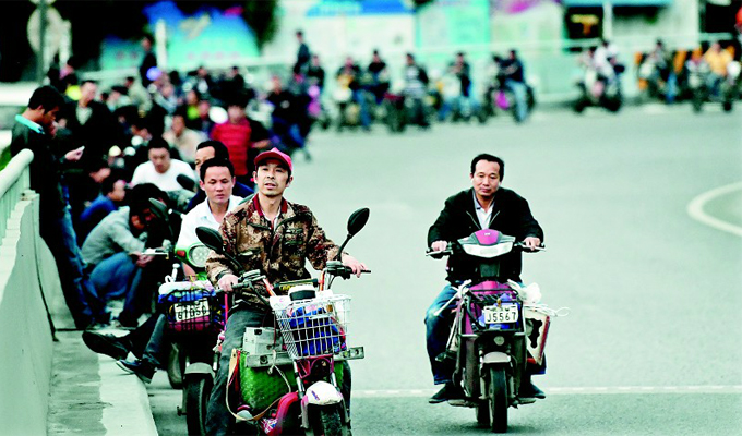 在武汉有这样一群人 他们骑着电动车披星戴月过长江二桥