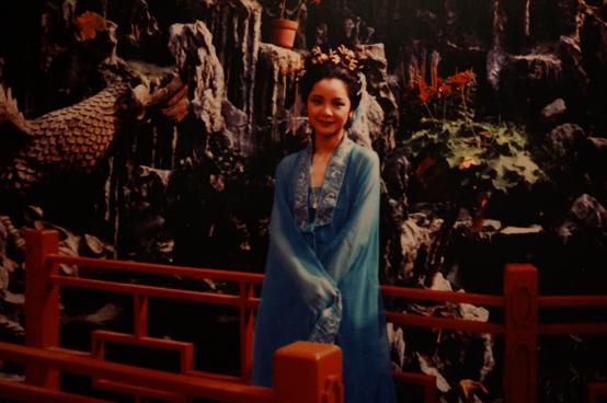 在最后一个展区,星光舞台中央,3d浮影技术下,邓丽君身着紫色旗袍,婉婉