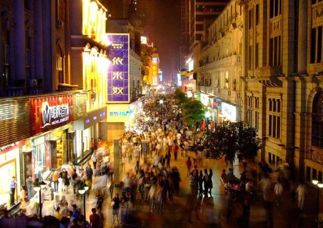 江汉路位于汉口中心地带,是武汉著名的百年商业老街.