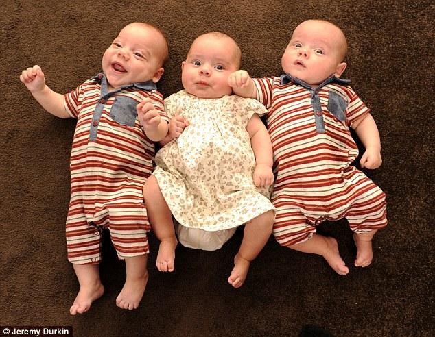 """图为萨拉和可爱的三胞胎   女子""""忙造人"""""""