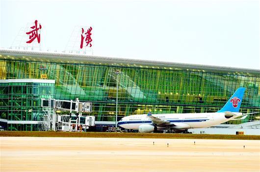 图为昨晨,天河机场T3航站楼正式启用,图为进港航班向廊桥停靠。(记者 倪娜 视界网 李军 摄) 湖北日报讯 (记者成熔兴、实习生杨雪玲)昨晨7时20分,搭载73名始发旅客的南航CZ6175航班顺利从武汉天河机场起飞,标志着天河机场T3航站楼正式启用。 昨日凌晨零点,随着最后一班到港飞机国航CA8218航班从T2航站楼滑行至T3航站楼,天河机场T1、T2航站楼就此关闭,所有业务转往T3航站楼。随后6小时,湖北机场集团、各大航空公司近8000名工作人员通宵奋战,将T1、T2航站楼剩余的设备、物资搬往T3航