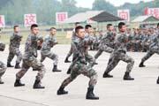 """省军区新兵训练场上比风采 入营没几天""""兵味""""十足(图)"""