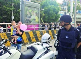 武汉特警与妻儿遥望度节一幕打动人心 人民日报向节日坚守岗位者致敬
