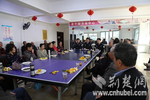 汉江监狱重阳节慰问离退休老干部,与部分老干部座谈.jpg