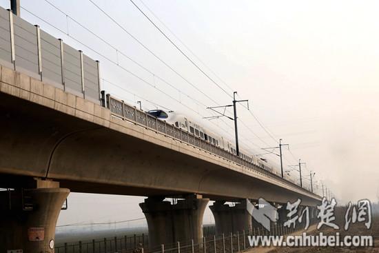 图9、28日开通运营的石济客专首趟动车在四公司施工的全线最长特大桥―藁辛特大桥上飞驰_副本.jpg